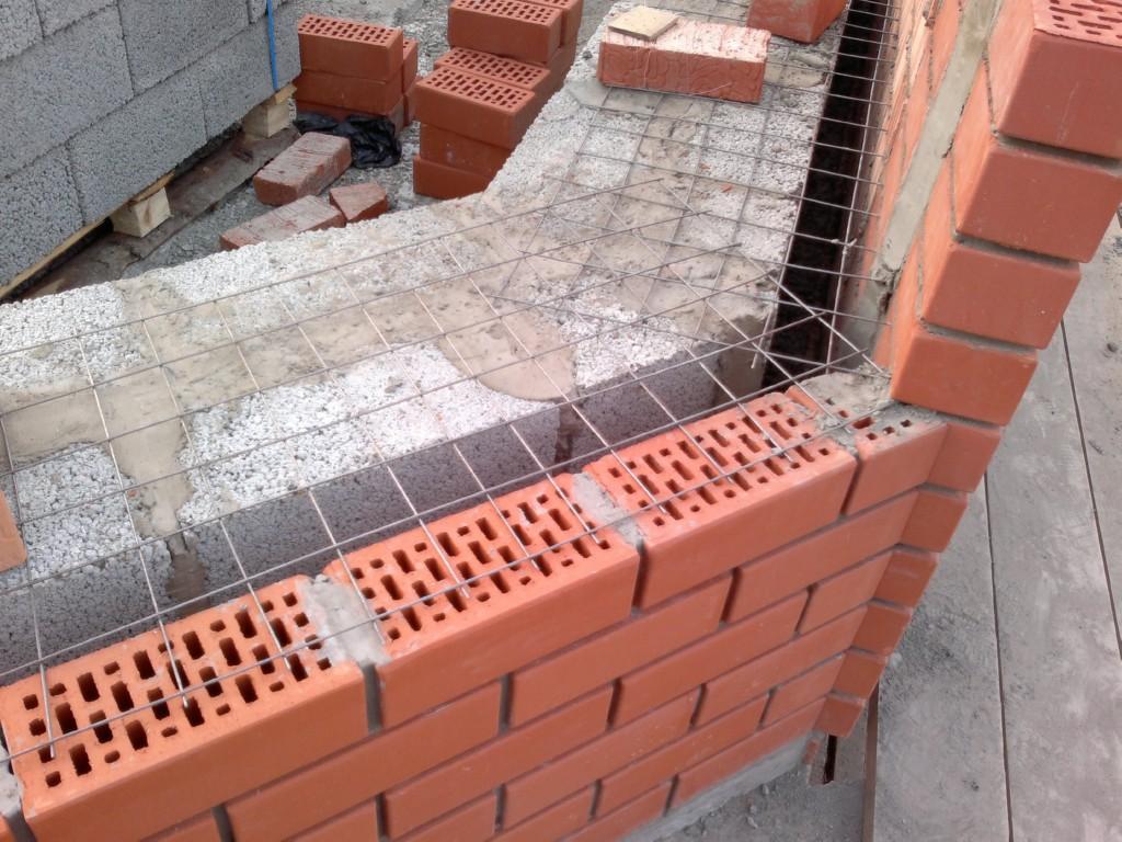 Дом из керамзитобетона и облицовочного кирпича зимой бетон